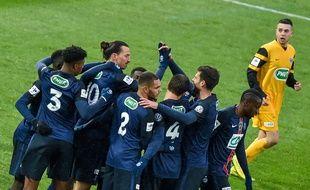 Zlatan Ibrahimovic félicité par ses coéquipiers après son but face à Wasquehal, en match de Coupe de France, le 3 janvier 2015. AFP / PHILIPPE HUGUEN