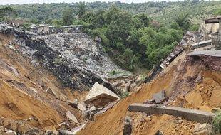 Un glissement de terrain a fait disparaître la route, ici dans le quartier de Lemba, à Kinshasa (RDC), le 26 novembre 2019.
