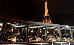 Un diner de charité dans un restaurant basé sur une péniche à Paris, le 24 décembre 2015-