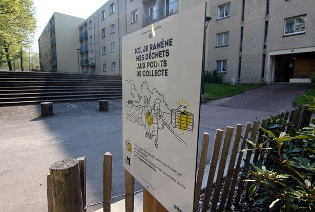 Dans le quartier du Blosne, à Rennes, des panneaux ont été installés pour indiquer où les poubelles ont été enlevées.