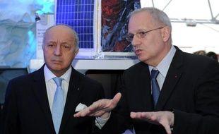 Le ministre des Affaires étrangères Laurent Fabius (g) et Jean-Yves Le Gall, président du Cnes, l'agence spatiale française (d), au Salon international de l'aéronautique et de l'espace du Bourget, près de Paris, le 18 juin 2015