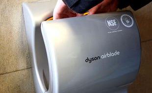 Un sèche-mains Dyson.