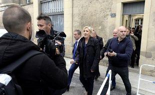 Marine Le Pen, lors de sa sortie de la cathédrale de Reims. La candidate frontiste est sortie par une porte dérobée pour éviter les manifestants, le 5 mai 2017.