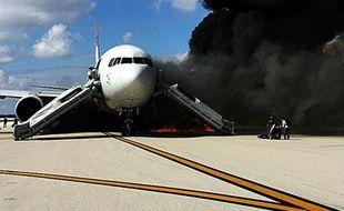 Des passagers évacuent un avion en feu sur l'aéroport de Fort Lauderdale en Floride le 29 octobre 2015