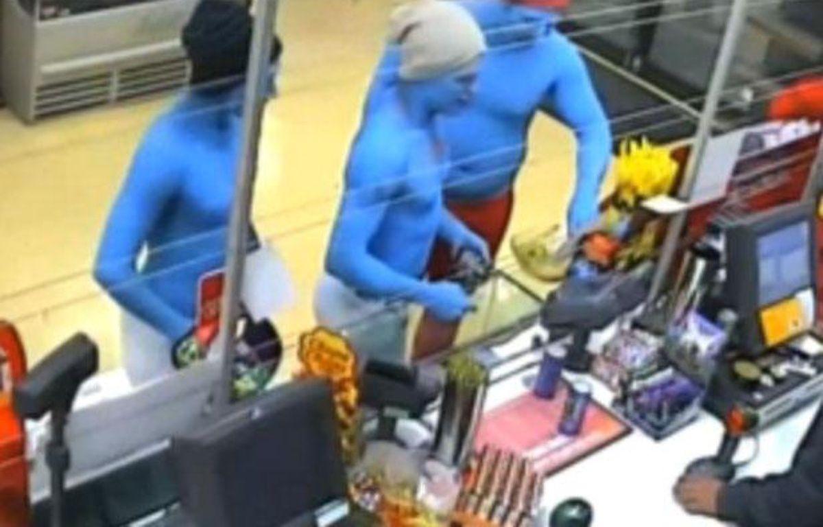 Capture d'écran d'images d'une caméra de vidéosurveillance diffusées par la chaîne 9 News montrant des hommes déguisés en Schtroumpfs, le 16 décembre 2012, à Melbourne (Australie). – 20minutes.fr