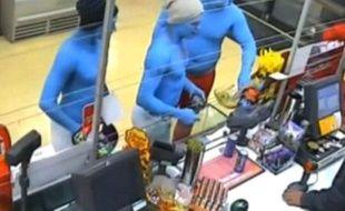 Capture d'écran d'images d'une caméra de vidéosurveillance diffusées par la chaîne 9 News montrant des hommes déguisés en Schtroumpfs, le 16 décembre 2012, à Melbourne (Australie).