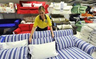 Une employée dans un magasin d'ameublement à Londres le 15 octobre 201.