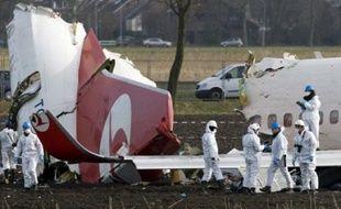 Une quarantaine d'enquêteurs recherchaient sur le terrain, jeudi, les causes de l'accident d'un avion de ligne turc qui s'est écrasé mercredi en atterrissant à Amsterdam, faisant 9 morts et 86 blessés, un bilan qui aurait pu être beaucoup plus lourd.