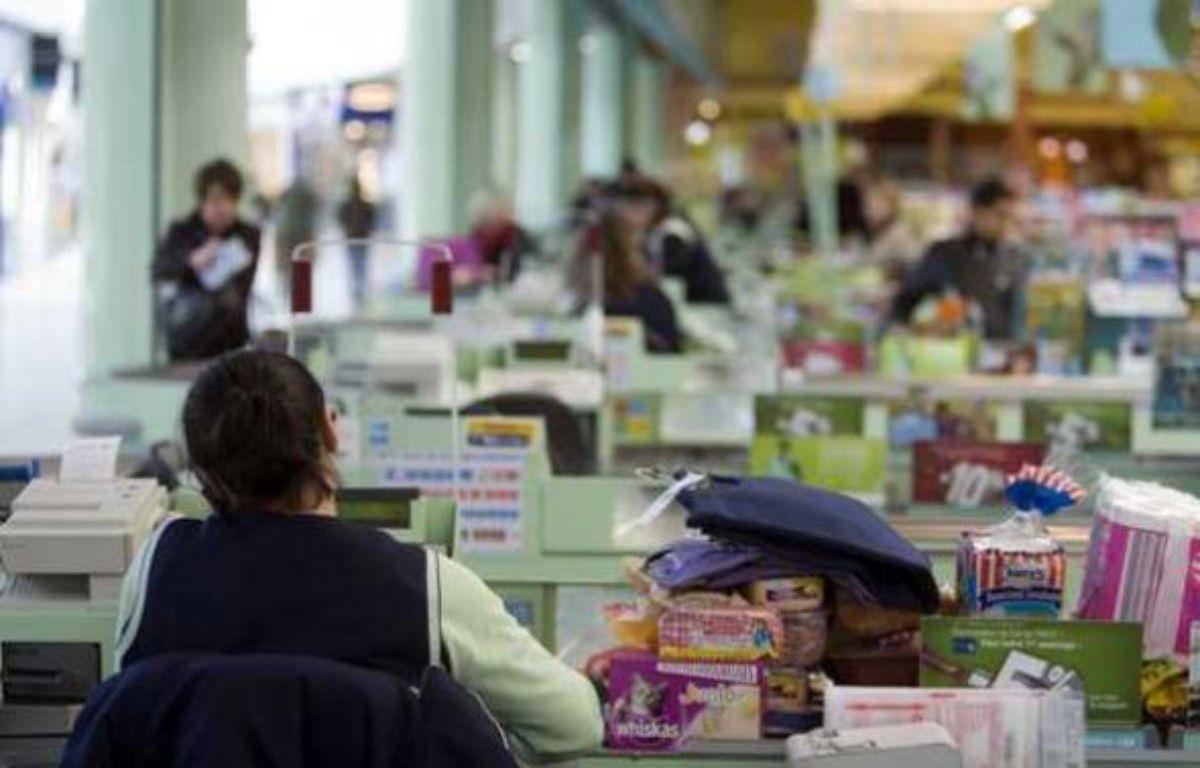 Une caissière dans un hypermarché de la commune de Lieusaint (Seine-et-Marne) en 2008.   – VALINCO/SIPA