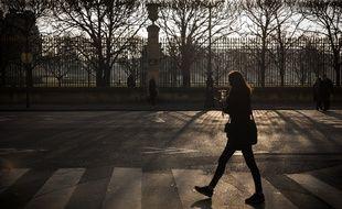 Illustration d'une femme passant sur des passages cloutés à Paris, le 17 janvier 2017