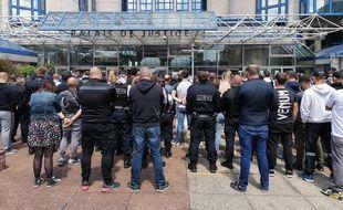Des policiers rassemblés devant le tribunal de Bobigny, le 16 juin 2020.