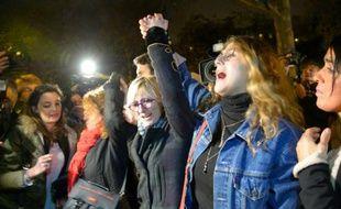 Des jeunes rassemblés le 20 novembre 2015 devant le Bataclan à Paris