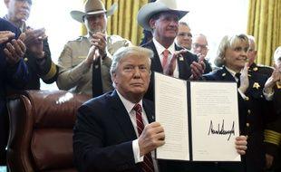 Donald Trump a utilisé pour la première fois de son droit de veto, le 15 mars 2019, pour empêcher le Congrès de bloquer le financement du mur frontalier.