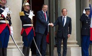 """François Hollande a souligné samedi que la Grèce """"doit rester dans la zone euro"""" mais encore faire la """"démonstration"""" de la """"crédibilité"""" de ses engagements de redressement budgétaire, à l'issue d'une rencontre à l'Elysée avec le Premier ministre grec Antonis Samaras."""