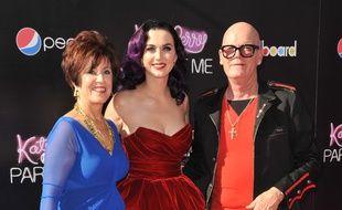 La chanteuse Katy Perry entourée de ses parents