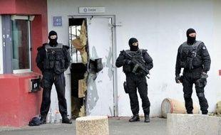 """Un """"proche, au sens large"""", de Redoine Faïd était en garde à vue lundi dans les bureaux de la police judiciaire de Lille, dans le cadre de l'enquête sur l'évasion du détenu, a-t-on appris auprès du procureur de Lille Frédéric Fèvre."""