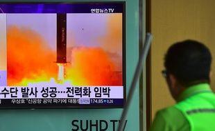 Un homme regarde l'annonce d'un lancement de missile nord-coréen sur une télévision dans une gare de Séoul, le 23 juin 2016.