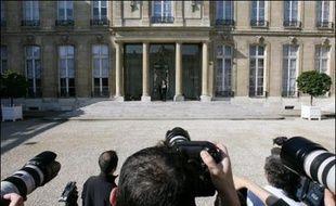 Huit hommes, dont un socialiste et un centriste, sept femmes: le premier gouvernement de François Fillon a été annoncé vendredi, avec une forte ossature UMP tout en respectant l'engagement de Nicolas Sarkozy de parité et d'ouverture.
