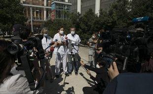 Le professeur Caroline Ovaert (à gauche), le docteur Fabrice Michel (au centre), et le professeur Heéé Chambost lors d'une conférene de presse, le 15 mai 2020, à l'hôpital La Timone de Marseille après le décès d'un enfant de 9 ans de la pseudo-maladie de Kawasaki.