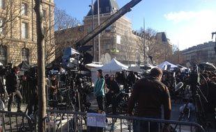 Une journaliste japonaise assure un direct place de la République à Paris le 11 janvier 2015 pour la marché républicaine