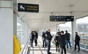 Des policiers contrôlent les attestations de déplacements des passagers d'un train à la gare de Mulhouse.