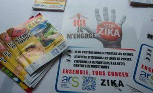 Des tracts et es affiches de prévention contre le virus Zika sont présentés à Petit-Bourg en Guadeloupe le 4 mars 2016
