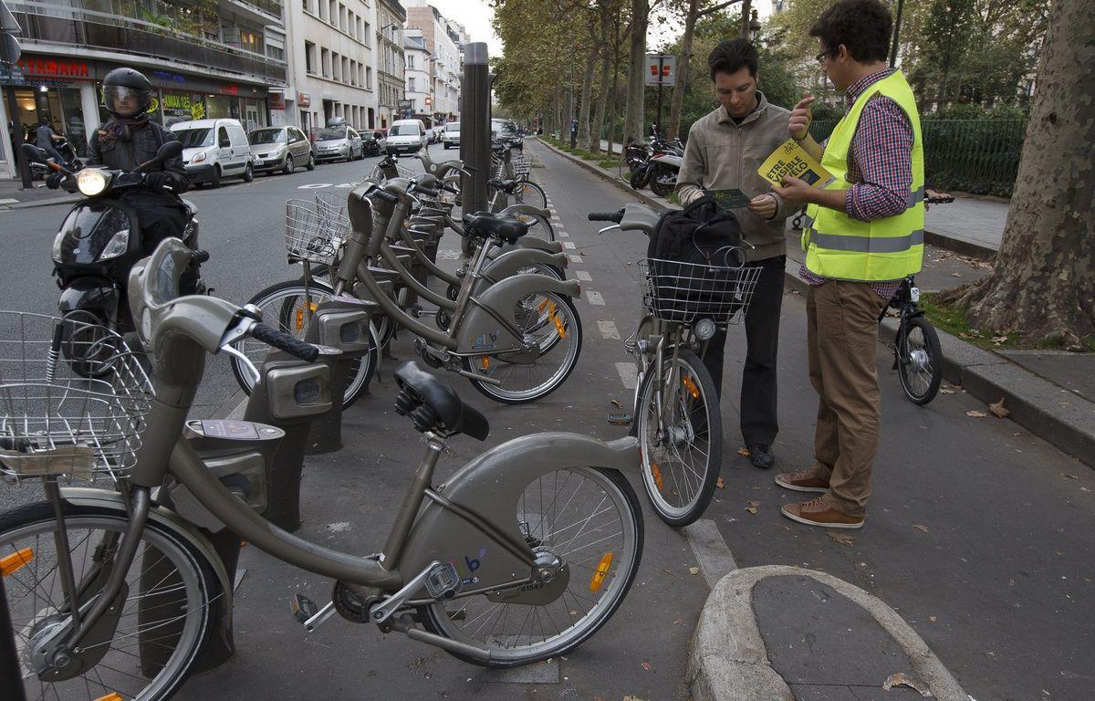 Paris le 09 octobre 2013. Action de sensibilisation de la prevention routiere sur les velos et les equipements recommandes pour les cyclistes en agglomeration. – A. Gelebart / 20 Minutes
