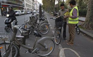 Paris le 09 octobre 2013. Action de sensibilisation de la prevention routiere sur les velos et les equipements recommandes pour les cyclistes en agglomeration.
