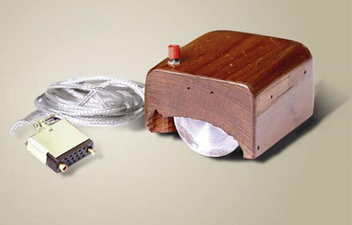 La premier souris d'ordinateur, inventée par Douglas Engelbart au Stanford Research Institute (SRI) en 1967. – SRI