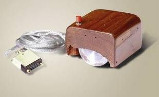 La premier souris d'ordinateur, inventée par Douglas Engelbart au Stanford Research Institute (SRI) en 1967.
