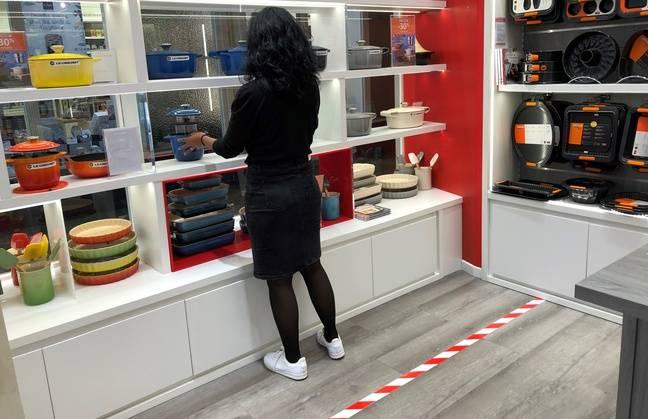 Une vendeuse dans une boutique de l'enseigne Le Creuset, le 12 mai 2020 à Nantes.