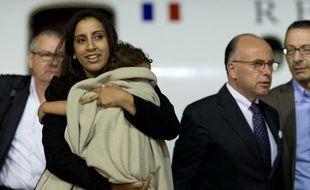 Mériam Rhaiem, revenue de Turquie avec sa fille Assia le 3 septembre 2014, accueillies à l'aéroport par Bernard Cazeneuve, alors ministre de l'intérieur