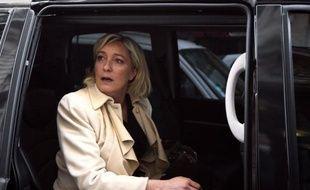"""La présidente du Front national, Marine Le Pen, se rendra mercredi devant le site historique de PSA à Sochaux-Montbéliard (Doubs) pour """"rencontrer les ouvriers"""", le jour même du sommet social à l'Elysée."""