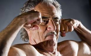 Un senior qui montre ses biceps. Illustration.