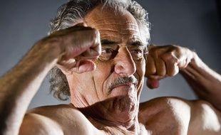 Un senior qui montre ses biceps. Illustration.