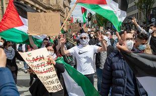 Alors q'environ 1000 personnes se sont rassemblées à Munich en Allemagne le 14 mai pour montrer leur solidarité avec les Palestiniens et le peuple de Gaza, la manifestation Pro palestinienne à Paris samedi 15 mai a été interdite par la préfecture et le tribunal administratif.