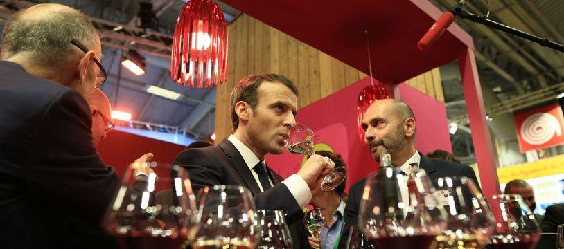 Le président de la République Emmanuel Macron en train de boire du vin, à l'occasion de l'inauguration du 55e Salon de l'agriculture, en février 2018.