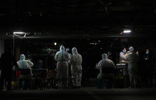 Des travailleurs médicaux effectuent des tests sur des résidents d'un sous-sol à Shijiazhuang, province du Hebei, en Chine, le 12 janvier 2021.