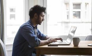 Etudiant devant son ordinateur