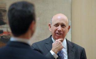Les principaux dirigeants de la banque d'affaires américaine Goldman Sachs vont se partager des bonus en actions représentant une centaine de millions de dollars pour l'année 2012, dont plus de 13 millions pour le PDG, selon des avis boursiers publiés vendredi.
