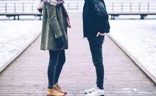 Illustration d'un couple en discussion.