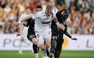 Lyon a conservé son avance sur Bordeaux (4 pts) tandis que Marseille détrônait Nancy du podium, à trois journées du terme de la Ligue 1 à laquelle s'accroche le Paris SG, toujours relégable mais vainqueur et bénéficiaire des revers de ses concurrents Toulouse, Lens et Strasbourg.