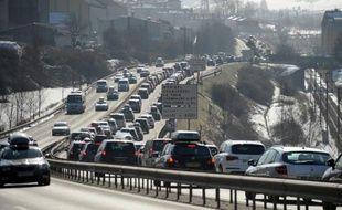 Le trafic restait dense samedi à la mi-journée en direction des stations de sports d'hiver, en cette journée classée noire dans le sens des départs en vallée du Rhône et dans les accès aux Alpes, alors que la circulation était ralentie dans le Sud-Est en raison de chutes de neige.