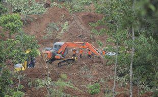 Les secours s'activent pour tenter de retrouver des personnes disparues après un glissement de terrain survenu le 15 février 2021 sur l'île de Java (Indonésie).