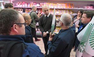 Une vingtaine d'éleveurs ont rencontré le directeur de l'Intermarché pour lui faire part de leurs difficultés.