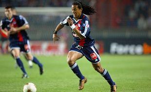 L'attaquant brésilien du Paris-Saint-Germain Ronaldinho contrôle le ballon le 27 avril 2003 au stade du Parc des Princes à Paris, lors de la seconde demi-finale de la Coupe de France de football opposant le PSG aux Girondins de Bordeaux.