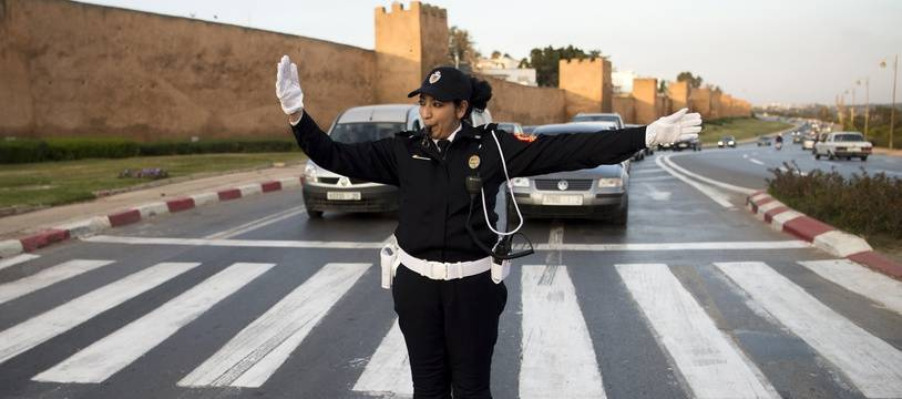 Une policière dans les rues de Rabat, Maroc.