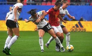 La milieu espagnole Alexia Putellas tente de garder la balle face à trois joueuses allemandes, mercredi 12 juin.
