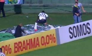 L'attaquant de Coritiba Joel tombe dans la cage d'escalier du stade en fêtant un but, le 17 septembre 2014.