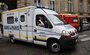 Une ambulance quitte un bâtiment réquisitionné pour soigner les 11 victimes de la foudre près du parc Monceau à Paris le 28 mai 2016.
